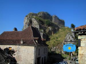 Saint-Cirq-Lapopie - Lapopie rock and houses of the village, in the Lot valley, in the Quercy