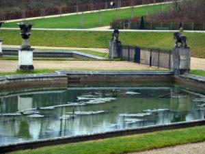 Saint-Cloud park - Water ponds, lawns and paths