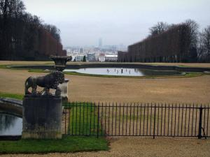 Saint-Cloud park - Water ponds, statues, paths, trees and buildings in background