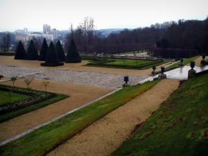 Saint-Cloud park - Paths, stair, lawns, cut shrubs and trees