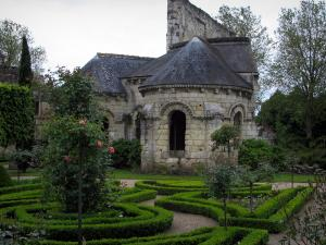 Saint-Cosme priory - Remains of the church, flowerbeds and rosebushes (pink roses) in the garden