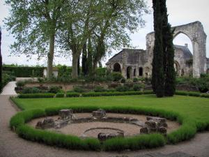 Saint-Cosme priory - Remains of the church and trees of the garden