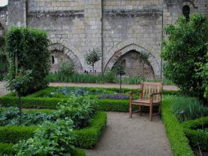 Saint-Cosme priory - Wooden chair and flowerbeds