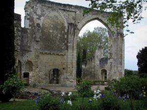 Saint-Cosme priory - Remains of the church and flowers in the garden