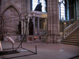 Saint-Denis basilica - Inside of the royal basilica (royal cemetery): tombs and stair