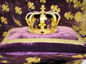 Saint-Denis basilica - Inside of the royal basilica: crown (royal insignia)