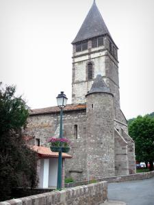 Saint-Étienne-de-Baïgorry - Bell tower of the Saint-Étienne church and flower-bedecked lamppost
