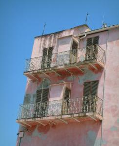 Saint-Florent - Pink house with two balconies