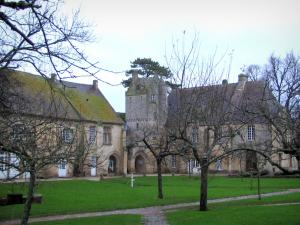 Saint-Gabriel priory - Former priory (horticultural education centre), lawns and trees