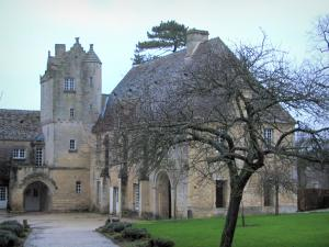 Saint-Gabriel priory - Former priory (horticultural education centre), path, lawn and trees