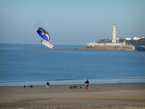 Saint-Georges-de-Didonne - Sandy beach, buggies with kites, the Gironde estuary, houses and lighthouse of the seaside resort