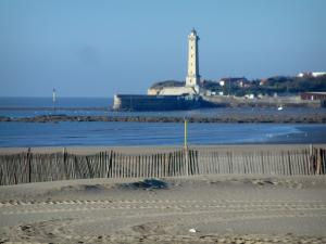 Saint-Georges-de-Didonne - Sandy beach with view of the Gironde estuary, lighthouse of the seaside resort