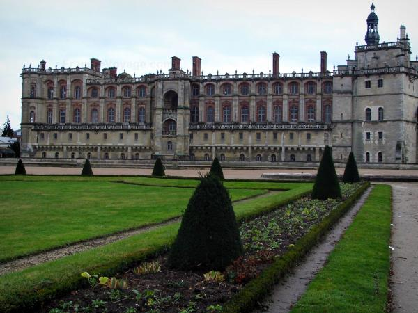 Saint-Germain-en-Laye - Castle and its park (lawns, cut shrubs and alley)