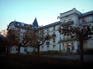 Saint-Gervais-les-Bains - Building of the spa establishment and park with trees (Le Fayet)