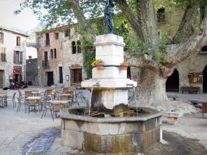 Saint-Guilhem-le-Désert - Liberté square: fountain, plane tree, café terrace and houses