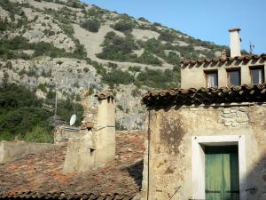 Saint-Guilhem-le-Désert - House and rock face in background