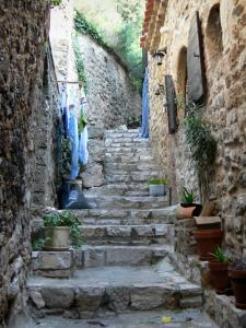 Saint-Guilhem-le-Désert - Stair and stone house