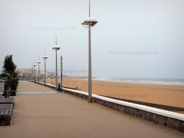 Saint-Jean-de-Monts - Seaside resort: walkway, lampposts, sandy beach and sea (Atlantic Ocean)