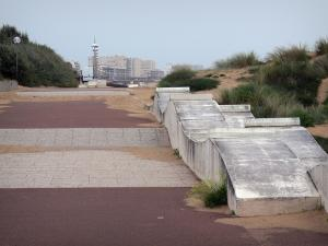 Saint-Jean-de-Monts - Seaside resort: walkway, sand, beachgrass (psammophytes) and buildings in background