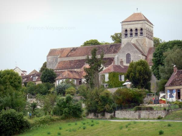 Saint-Loup-de-Naud church - Romanesque Saint-Loup church and village houses