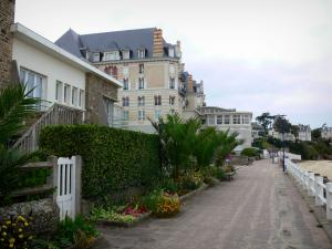 Saint-Lunaire - Seaside resort of the Emerald Coast: villas and walk running alongside the beach