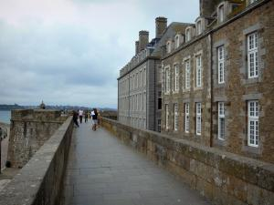 Saint-Malo - Walled town: walk along the ramparts and buildings of the malouine corsair town