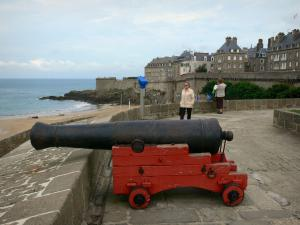 Saint-Malo - Walled town: cannon, ramparts and buildings of the malouine corsair town