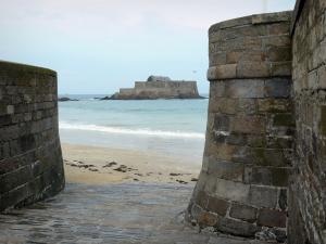Saint-Malo - Fortifications of the corsair malouine town with view of the sandy beach, the sea and the National fort (bastion)
