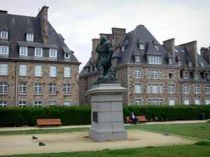 Saint-Malo - Walled town: Jacques Cartier's statue, garden and buildings of the malouine corsair town