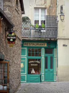 Saint-Malo - Walled town: paved street, restaurant and houses of the malouine corsair town