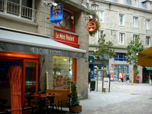 Saint-Malo - Walled town: businesses and buildings of the malouine corsair town