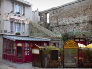Saint-Malo - Walled town: house, restaurant terrace and ramparts of the malouine corsair town