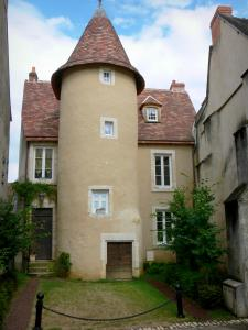 Saint-Marcel - House flanked by a tower and trees