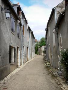 Saint-Marcel - Sloping street lined with houses