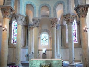 Saint-Nectaire - Inside the Romanesque church of Saint-Nectaire: carved capitals of the choir