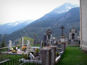 Saint-Paul-sur-Ubaye - Cemetery with view of the mountains