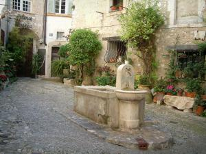 Saint-Paul-de-Vence - Small square decorated with flowers and its fountain