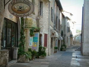 Saint-Paul-de-Vence - Narrow street in the village and its shops