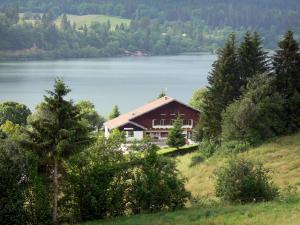 Saint-Point lake - Malbuisson lake (natural lake), shores, chalet and trees