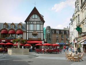 Saint-Quentin - Flower-bedecked fountain, cafe terraces, shops and facades of the town