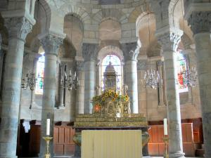 Saint-Saturnin - Inside the Saint-Saturnin church: choir and altar made of golden wood