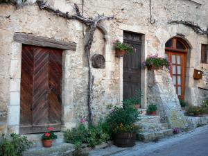 Saint-Sorlin-en-Bugey - Stone house with flowers