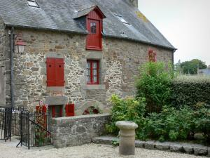 Saint-Suliac - Stone house with red shutters