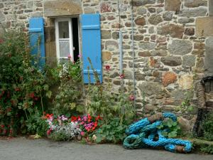 Saint-Suliac - Stone house with the blue shutters and flowers