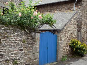 Saint-Suliac - Blue wicket, stone enclosing wall, rosebush (roses) and flowers