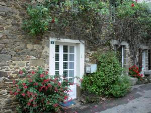 Saint-Suliac - Stone house decorated with flowers, plants and a climbing rose