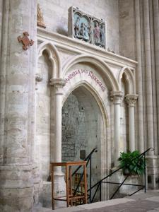 Saint-Sulpice-de-Favières church - Inside the Saint-Sulpice church: entrance to the Chapel of Miracles