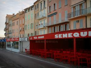 Saint-Tropez - Houses with colourful facades, café terrace and restaurants of the Jean-Jaurès quay