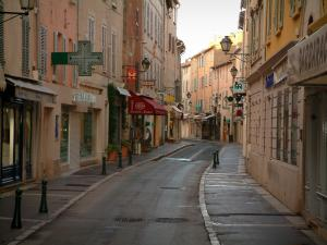Saint-Tropez - Shopping street with its colourful houses, its lampposts and its shops