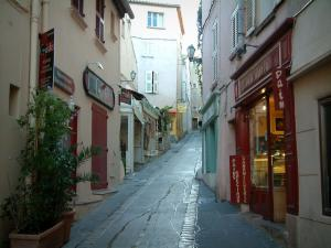 Saint-Tropez - Sloping narrow street of the old town lined with houses
